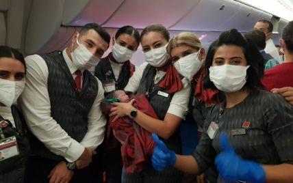 Афганка народила дівчинку на борту евакуаційного літака: фото