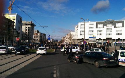 Під Парижем озброєний чоловік захопив заручників у відділенні пошти