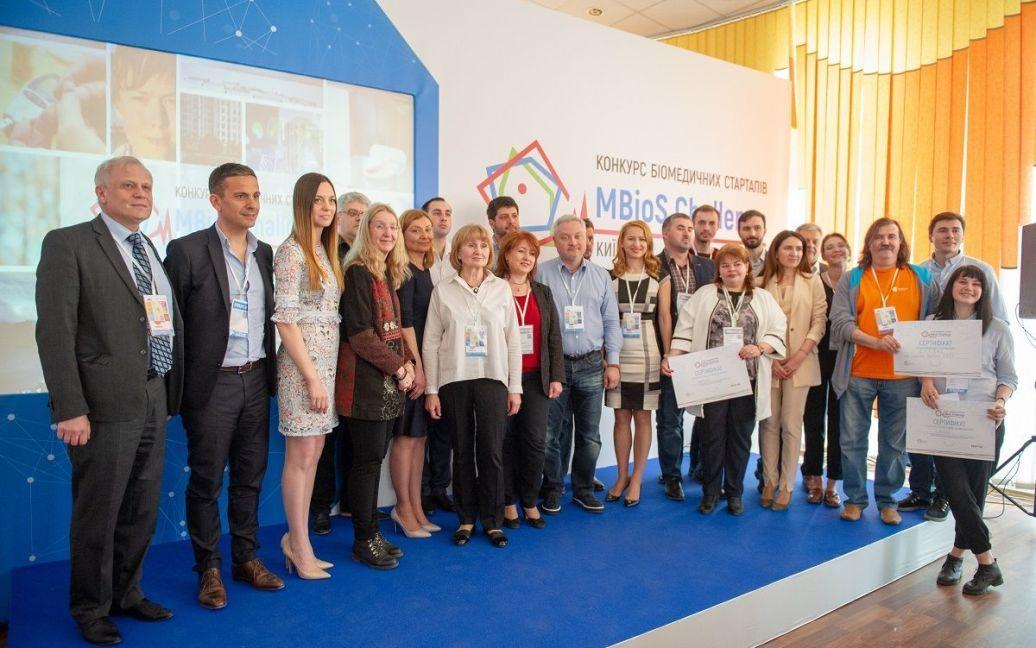 Журі та організатори з переможцями конкурсу біомедичних стартапів / ©