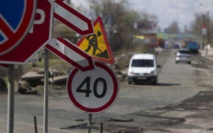 То яма, то канава. Асфальт на 95% українських доріг частково зійшов разом зі снігом