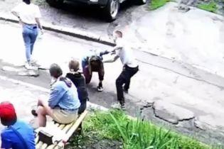 Бив ногами і зламав ніс: у поліції відреагували на жорстоке побиття хлопцем 14-річної дівчини (відео 18+)