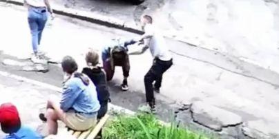 Бил ногами и сломал нос: в полиции отреагировали на жестокое избиение парнем 14-летней девушки (видео 18+)