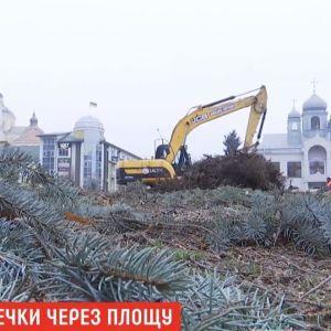 На Тернопільщині металевий паркан впав на жінку з дитиною під час будівництва площі, заради якої вирізали сквер