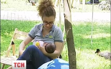 В Киеве молодые мамы массово пришли в парк, чтобы покормить малышей грудью