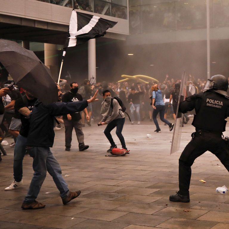Розбиті вітрини та перекриті вулиці. В Барселоні відновилися протести