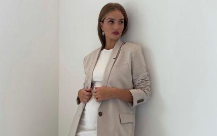 У білій обтислій сукні: Розі Гантінгтон-Вайтлі підкреслила вагітний живіт