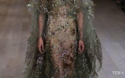 Вишивка, жакети і струмливі тканини: як минув показ колекції Dior у Франції