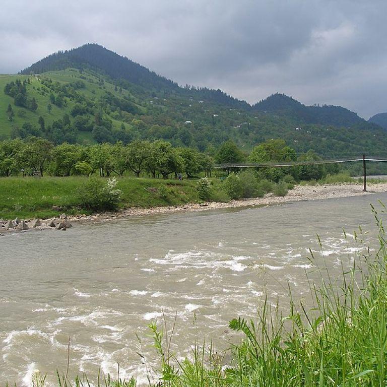 На Прикарпатье спасатели ищут 12-летнего ребенка, которого унесла горная река