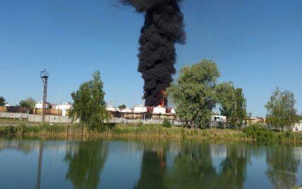 Спасатели эвакуируют людей из 2-км зоны возле горящей нефтебазы под Васильковом