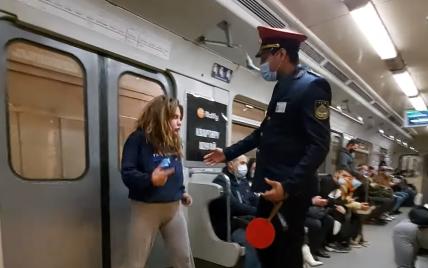 Громко ругалась и была без маски: в Киеве девушка в вагоне метро подняла скандал (видео)