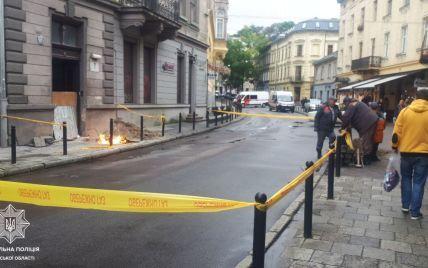 У центрі Львова посеред тротуару через витік газу спалахнуло полум'я: фото та відео