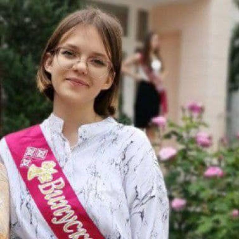 В Киеве пятый день ищут несовершеннолетнюю выпускницу: фото, приметы