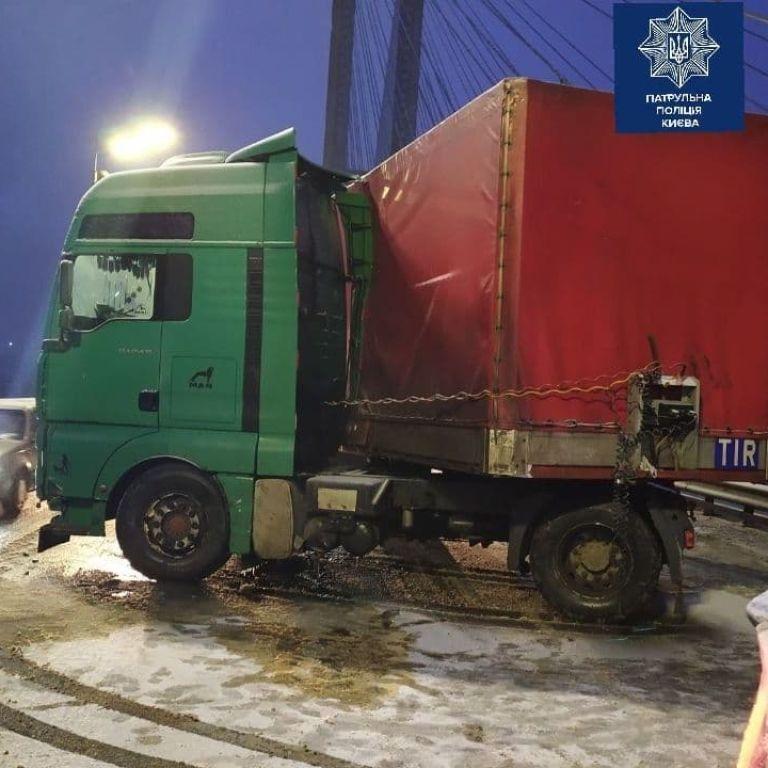 """У Києві на Південному мосту """"склалася"""" вантажівка і заблокувала рух: відео"""
