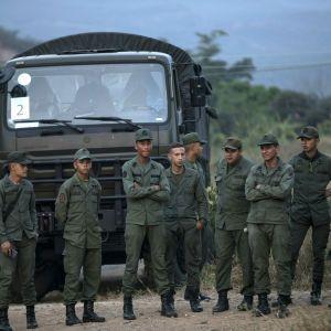 Сутички між військовими і тисячі мітингувальників. Опозиція Венесуели перейшла до фіналу повалення режиму Мадуро