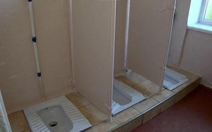 """""""Парни подглядывают за девушками"""": на Львовщине ученики вынуждены ходить в школьные туалеты без дверей"""