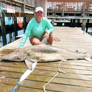 В США школьной учительнице удалось поймать опасную акулу рекордных размеров (фото)