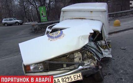 "На столичному Печерську іномарка в ДТП знищила авто ""Укрпошти"""