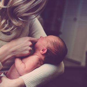 """18 подружніх пар мріють всиновити немовля, якого мама залишила у львівському """"Вікні життя"""""""
