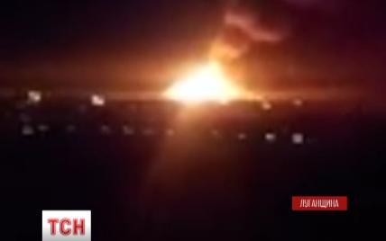 В Сватово продолжаются взрывы, а спасатели не могут подойти к месту пожара