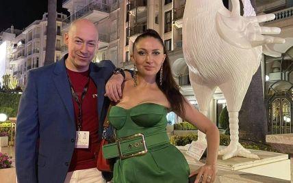 Полуобнаженный Дмитрий Гордон возмутил фанатов фото с женой возле его ног