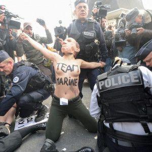 """На выборах президента Франции полиция схватила голых """"Путина"""" и """"Трампа"""""""
