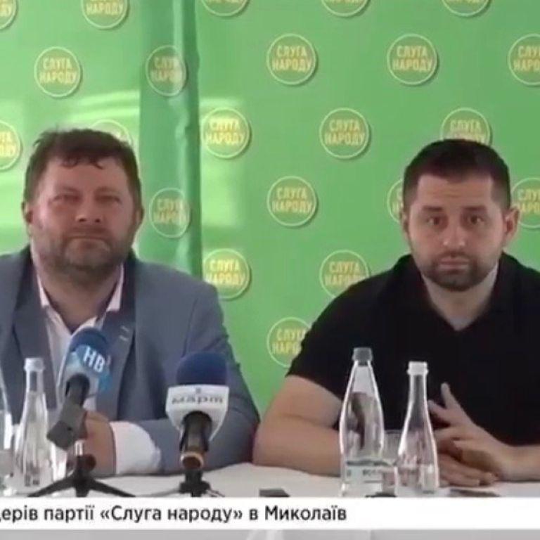 """""""Баба робоча, як корабельна сосна"""": Арахамія і Корнієнко """"неформально"""" обговорили колегу по фракції"""