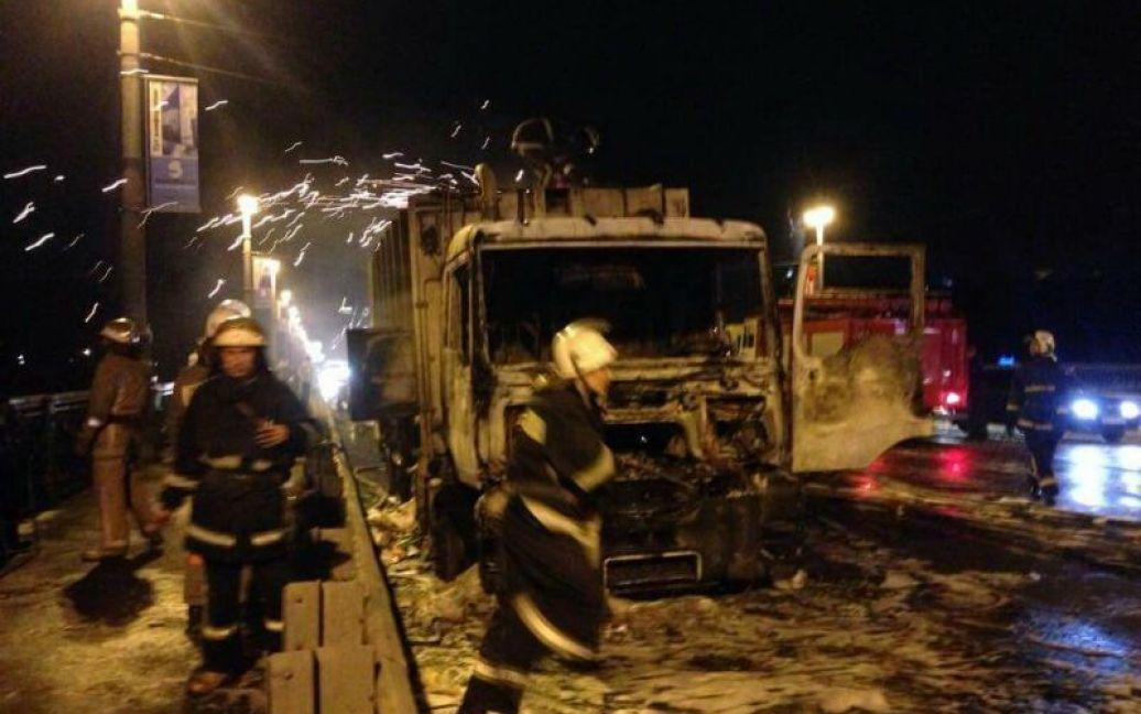 На мосту Патона загорелся и взорвался грузовик. / © ТСН