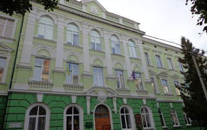 Закрила у спортзалі та била головою об стіну: у Тернополі п'яна вчителька накинулась на учня