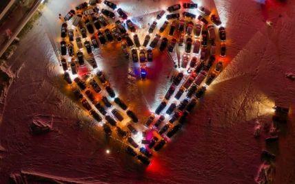 В Киеве ко Дню влюбленных создали огромную валентинку из 110 автомобилей