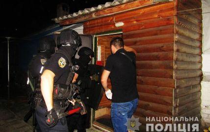 В Чернигове полиция взяла штурмом мужчину, который пытался изнасиловать ребенка