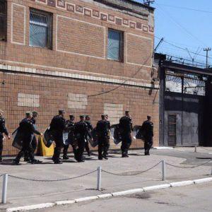 Бунт заключенных в Одессе: почти полсотни участников протеста продолжают переговоры с тюремщиками