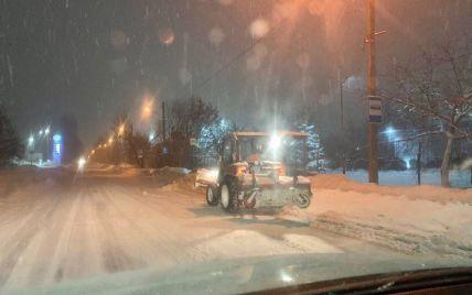 Сніжний циклон засипає захід України: у Львові закрили аеропорт, на Волині очікують колапс