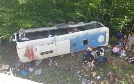 У Росії в автобуса з туристами відмовили гальма і він злетів з траси: двоє загиблих, багато поранених (фото)