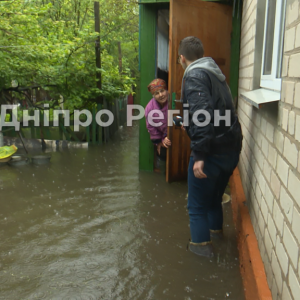 Ходят по дому в резиновых сапогах: жители Днепра показали последствия потопа (видео)