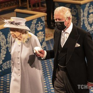 Блестяще выглядит: королева Елизавета II в сопровождении принца Чарльза приехала на открытие парламента