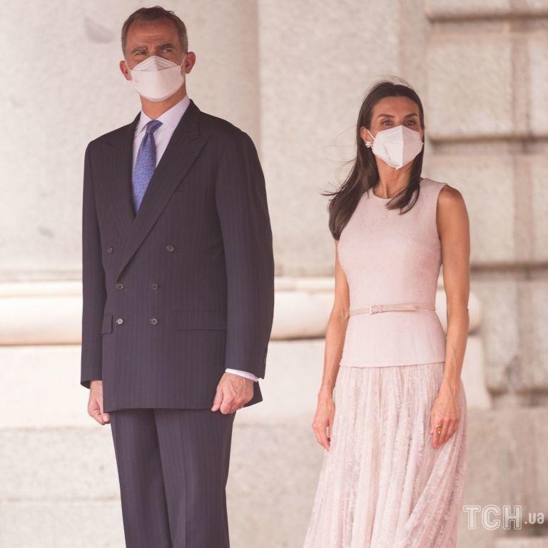Ветер испортил прическу: королева Летиция оконфузилась на официальной встрече