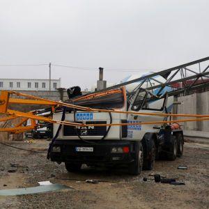 У Дніпрі будівельний кран впав на бетонозмішувач: є загиблий