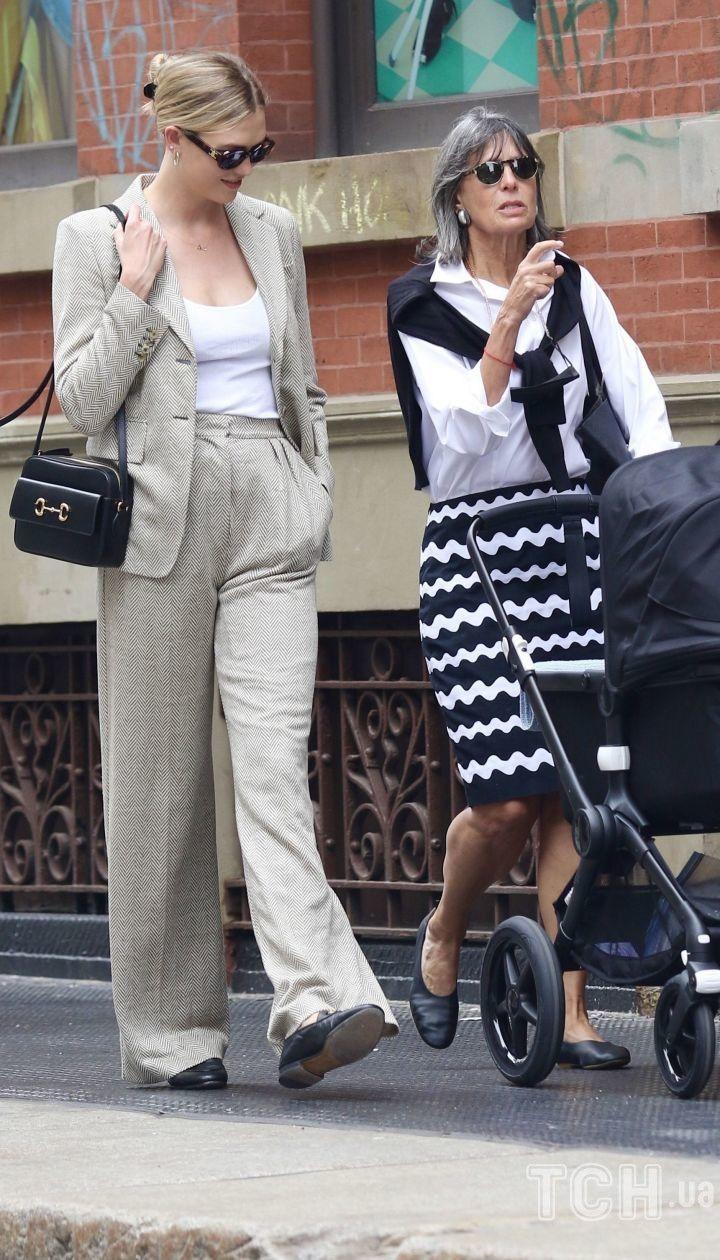 Карли Клосс с сыном и свекровью Серил Кушнер / © Getty Images