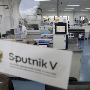Раздадут другим странам: словаки не хотят прививаться российской COVID-вакциной Sputnik V