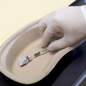 Ще одна країна не дочекалася неділі: перше щеплення від коронавірусу в Німеччині зробили 101-річній жінці