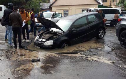 Во Львове автомобиль провалился под асфальт во время движения: появилось фото