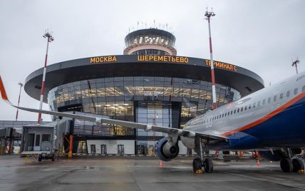 У РФ пасажир відкрив аварійний люк літака: люди непритомніли через спеку
