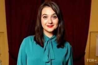 В кружевном топе и без макияжа: пресс-секретарь Зеленского сделала селфи на фоне таблички Офиса президента