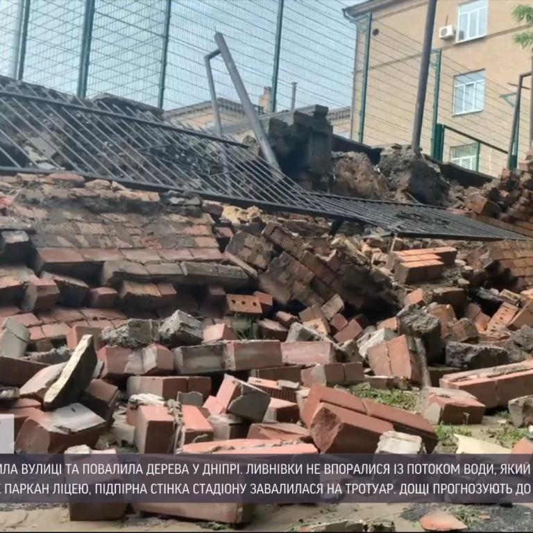 Тримісячна норма опадів випала в Дніпрі за добу: місто ліквідовує провалля та обвали
