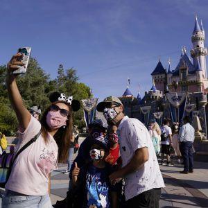 В Париже снова открылся Диснейленд, но обниматься с Микки Маусом запрещено