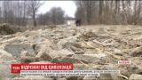 На Львівщині кілька сіл самотужки засипають болото, аби хоч тимчасово мати сполучення зі світом