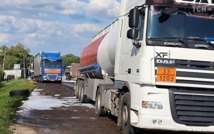Зіткнулися бензовоз і вантажівки: на трасі Київ-Чоп на Львівщині на дорогу вилилося пальне