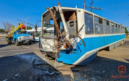 Сорвал вагоны с рельсов: в Днепре загруженный зерновоз врезался в трамвай, забитый пассажирами