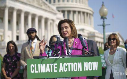У пурпуровому костюмі і на шпильках: 81-річна спікерка Палати представників США виступила на заході