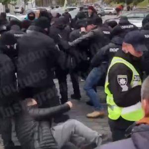 В правительственном квартале протестующие подрались с правоохранителями